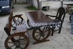 битова маса с една пейка и един дървен стол за механа или кръчма