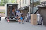 хамалски услуги по разтоварване на мебели и обзавеждане от камион