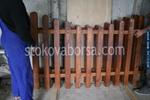 дървени огради с цветен лак